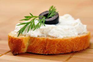 fetta di pane con formaggio spalmabile