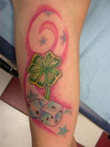 Tatuaggio dadi quadrifoglio