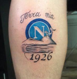 Tatuaggio tattoo Napoli calcio stemma Vesuvio