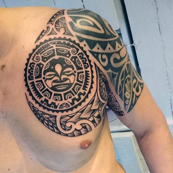tatuaggio con disegno maori