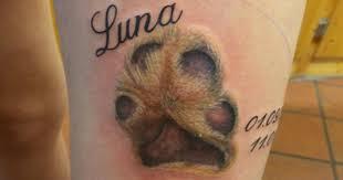 zampa di cane con nome tattoo