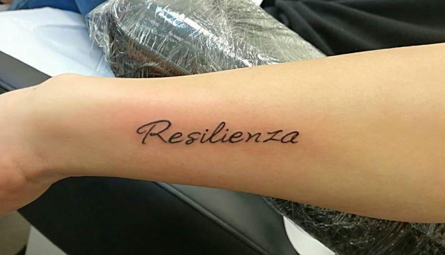 Tatuaggio Tattoo resilienza scritta corsivo