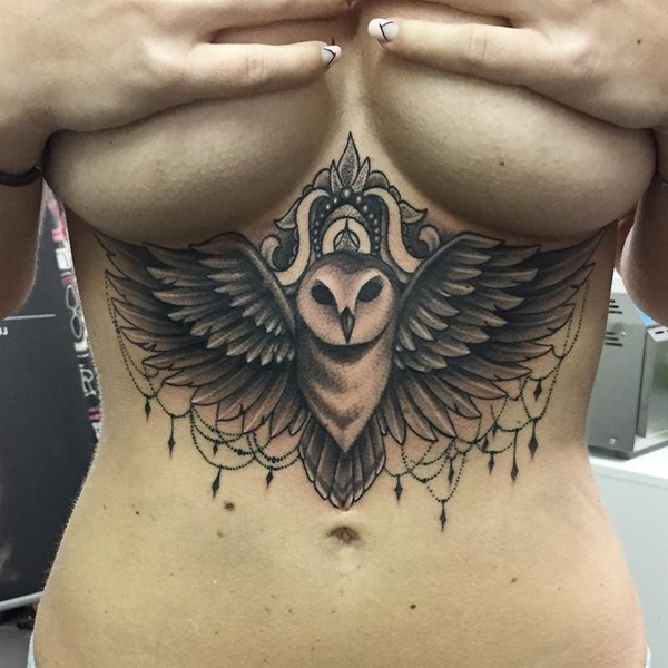 Tatuaggio tatto in mezzo al seno ali