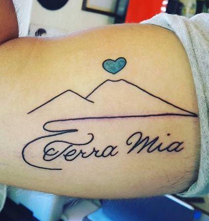 Tatuaggio Tattoo Napoli citta Vesuvio scritta
